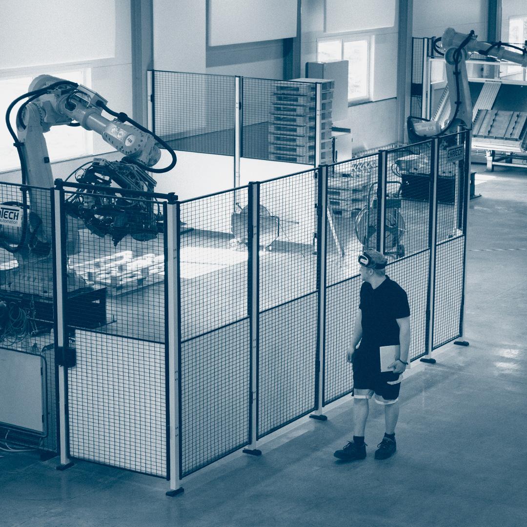 Erik Davidsson utanför skyddsnätet till en av robotcellerna på Hillerstorps Special Emballage