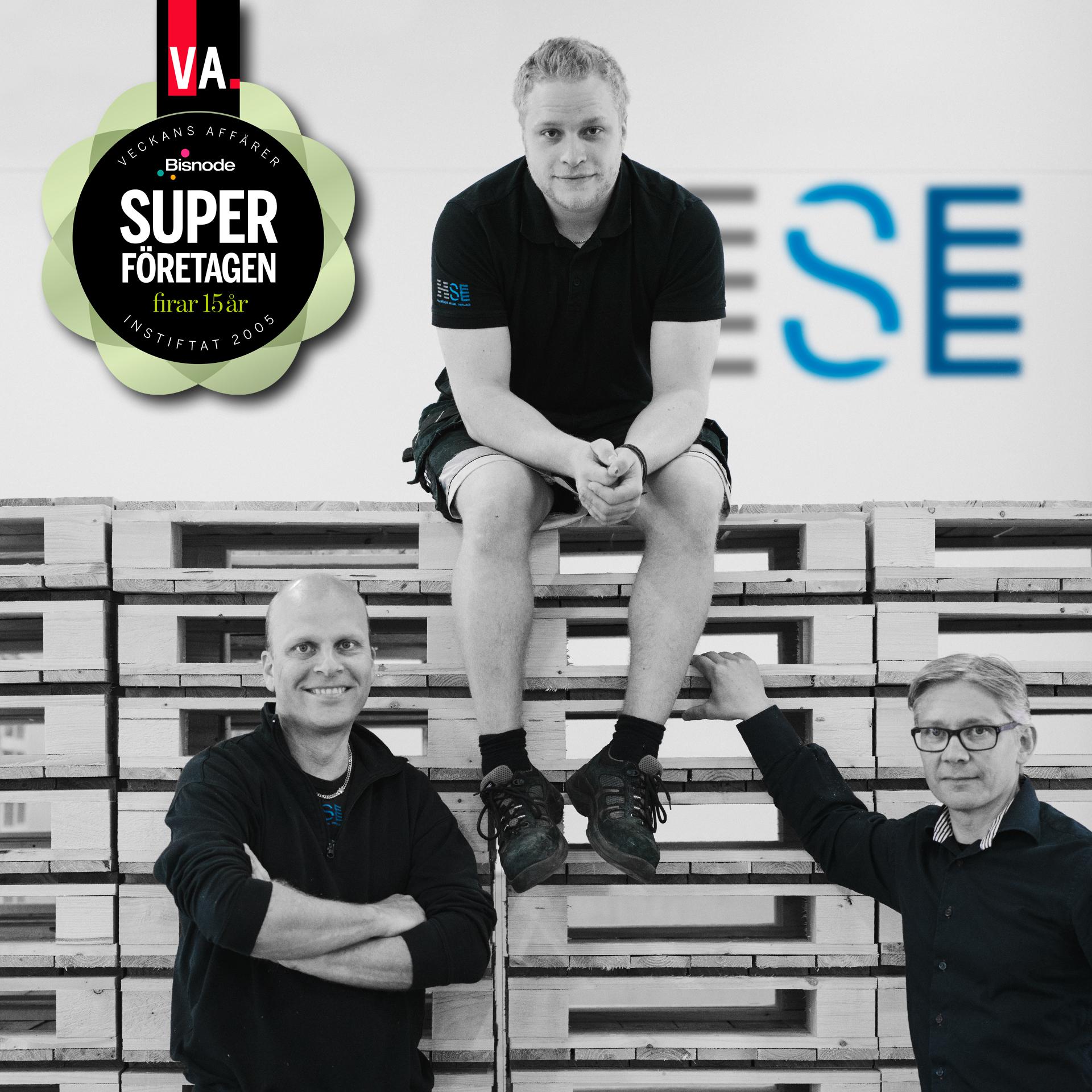 Porträttfoto av Samuel Davidsson, Erik Daviddson och Rickard Björkman på Hillerstorps Special Emballage vid staplade halvpallar. Symbol för Superföretagen firar 15 år i bildens vänstra övre hörn.