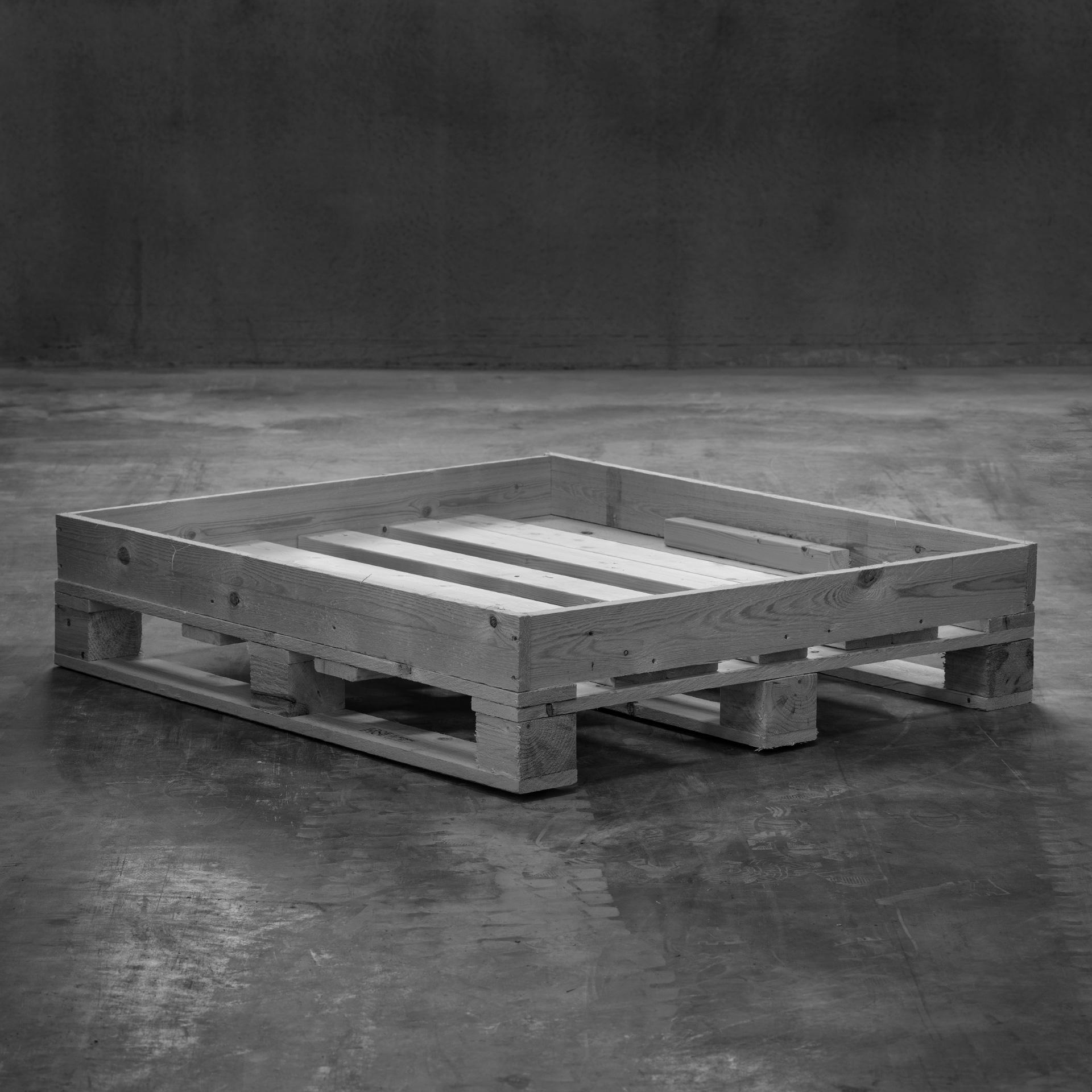 Produktfoto: Specialemballage i trä med inbyggd krage stående på betonggolv