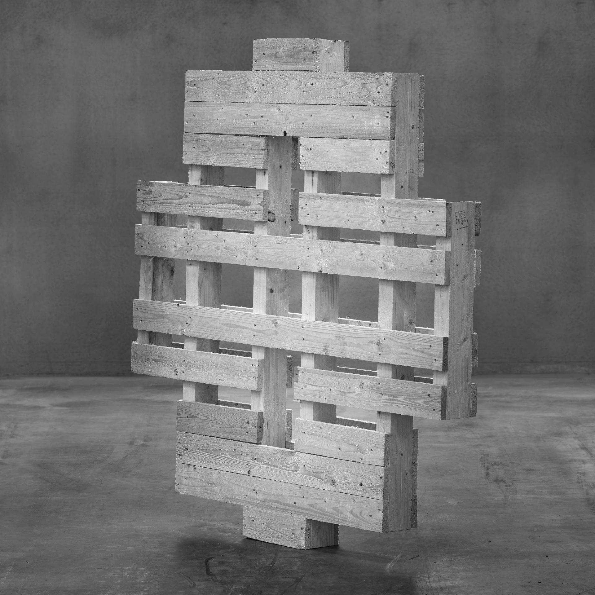 Produktbild: Specialemballage i trä till stora rullar, stående på betonggolv.