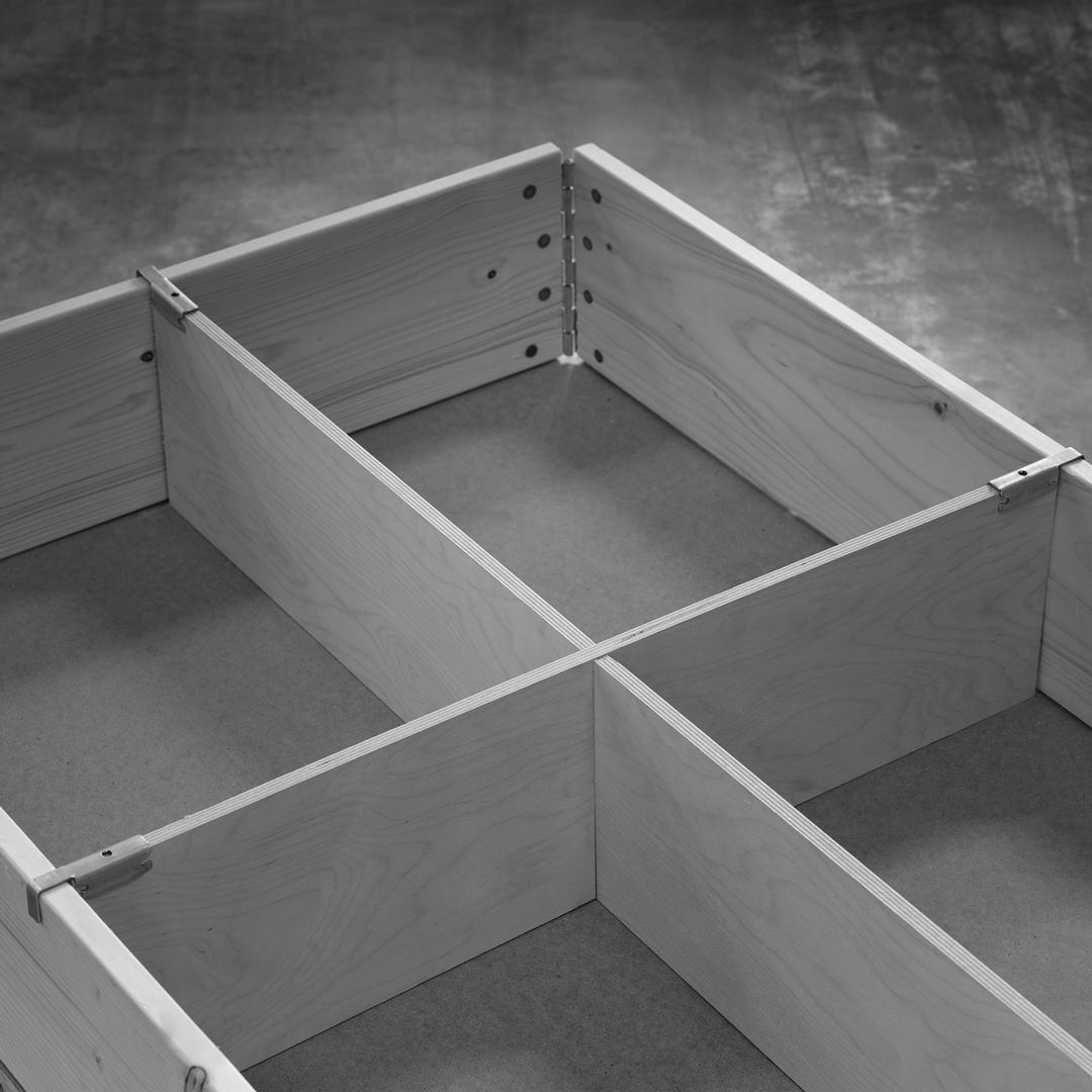 Närbild på modulanpassad pallavdelare i Plywood.